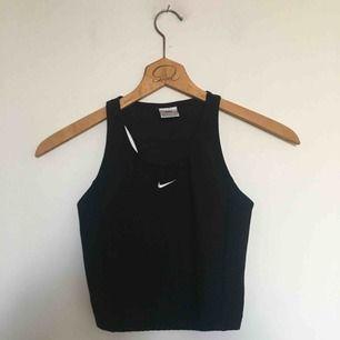 1990s svart sport-bh från Nike. Uppskattningsvis storlek S/M. I fint, begagnat skick. Porto på 36 kr tillkommer. 😊