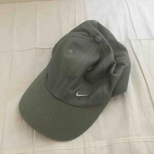 Militärgrön 1990s Nikekeps. I fint, begagnat skick. Porto på 18 kr tillkommer.😊