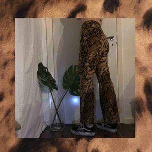 Kostymbyxor med leopardmönster. Aningen vida ner till, väldigt mjukt och bekvämt tyg, sitter såhär på mig som är 166cm lång. FRAKT INGÅR I PRISET ❤️