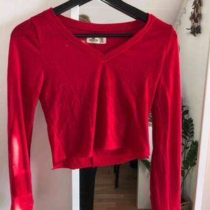 Jätte fin croppad tröja från hollister!! Fraktas helst och köparen står för frakt (39kr) 🥰 Tveka ej att ställa frågor
