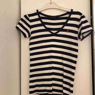 T-shirt från Ralph lauren! Storleken är xs men passar även s beroende på hur man vill att den ska sitta. Inga fel alls på tröjan 😊