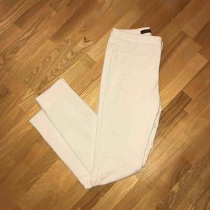 Vita kostymbyxor från zara!  Använda fåtal gånger 😊 Skriv meddelande för fler bilder!
