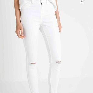 Ett par vita jeans från Hand Work Denim, använda 1 gång och i nyskick. Inga fläckar eller liknande så nya. Ordinarie pris 300 kr