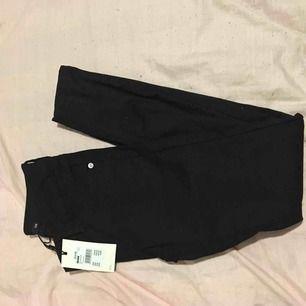 Svarta oanvända jeans från Bikbok, nypris 250kr. Kan fraktas mot fraktkostnad