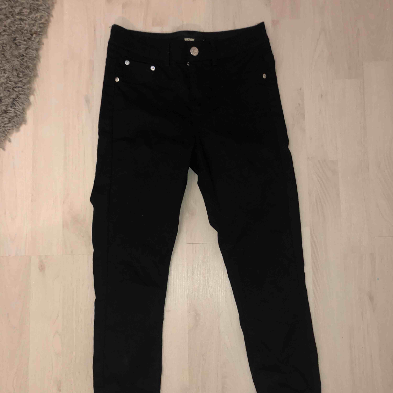 Ett par svarta skinny jeans från bikbok använda 1 gång. 100kr +60kr frakt. Är 1.63 och byxorna slutar precis nere vid anklarna!. Jeans & Byxor.