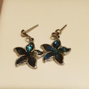 Fina söta örhängen från 90 talet. I form av blommor