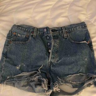 Säljer nu min Levis shorts, då dem är för stora för mig. 😩 .. Såå sjukt snygga och sköna. Knappt använda.