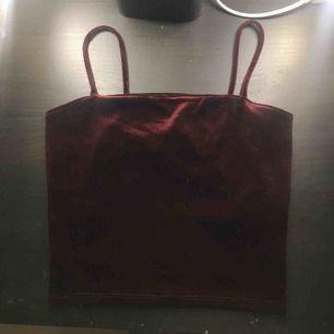 Jättefint rött sammet linne från ginatricot, endast använd under julafton vilket betyder att den är precis som ny, frakt 39kr