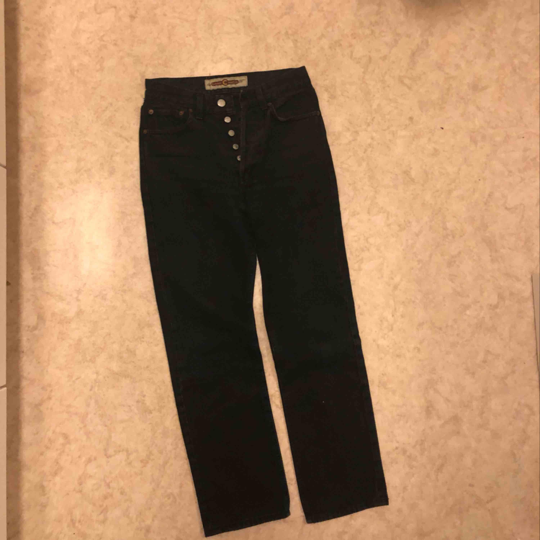 Vintage jeans från Crocker. Passar en 25/26:a :) Svarta mot det gråa hållet! . Jeans & Byxor.