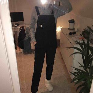 Säljer mina älskade svarta hängselbyxor ifrån Carhartt som är HELT oanvända, pris + frakt;)