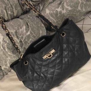 Märke: DKNY Typ: Handväska Storlek: 20cm Färg: Svart  Varan är i fint begagnat skick. Frakten är inräknad i priset!