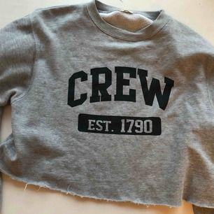Nu säljer jag min kära Brandy Melville-tröja som tyvärr blivit utbytt av andra grå cropped sweatshirts. Jättemysig men nu får den gå vidare. Den är köpt klippt. Nypris 300kr. Säljer för 120kr inklusive frakt. Passar alla mellan S-L😊❤️