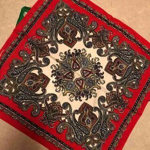 Bandanas i 3 olika färger, 20:- inkl frakt. Nya och skickas snabbt. Scarfs scarves bandana halsduk.  50*50cm