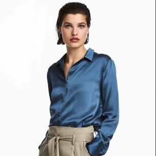 Skjorta i 100% siden med lyxig lyster. Använd två gånger.