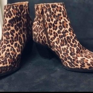 Supersnygga och dyra boots som tyvärr inte kommer till användning pga hög fotknöl...