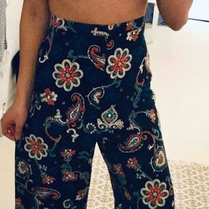 Utsvängda byxor från Kate Moss X Topshop. Passar dig som är från 160 cm och uppåt (går att vika upp dem).