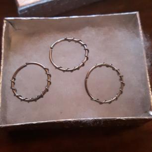 Piercing ringar , böjs lätt för öppning.  Diameter 12 mm.  Tjocklek 1.0  ( original pris - 15,26 kr. ) säljer alla 3 för 30 kr.  Har använt 1 gång därefter har jag tvättat dom!   Frakt tillkommer vid köp, kan även hämtas upp i Malmö eller Hässleholm.  😊
