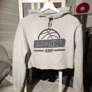 Grå cropped hoodie 💗 ( en liten vit färg fläck på undersidan av ärmen, går bort efter några tvättar) Frakt kostnad tillkommer