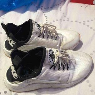 Nike skor, använda. Håller på att flytta så vill bli av med dem fort. Priset kan diskuteras vid snabb affär.