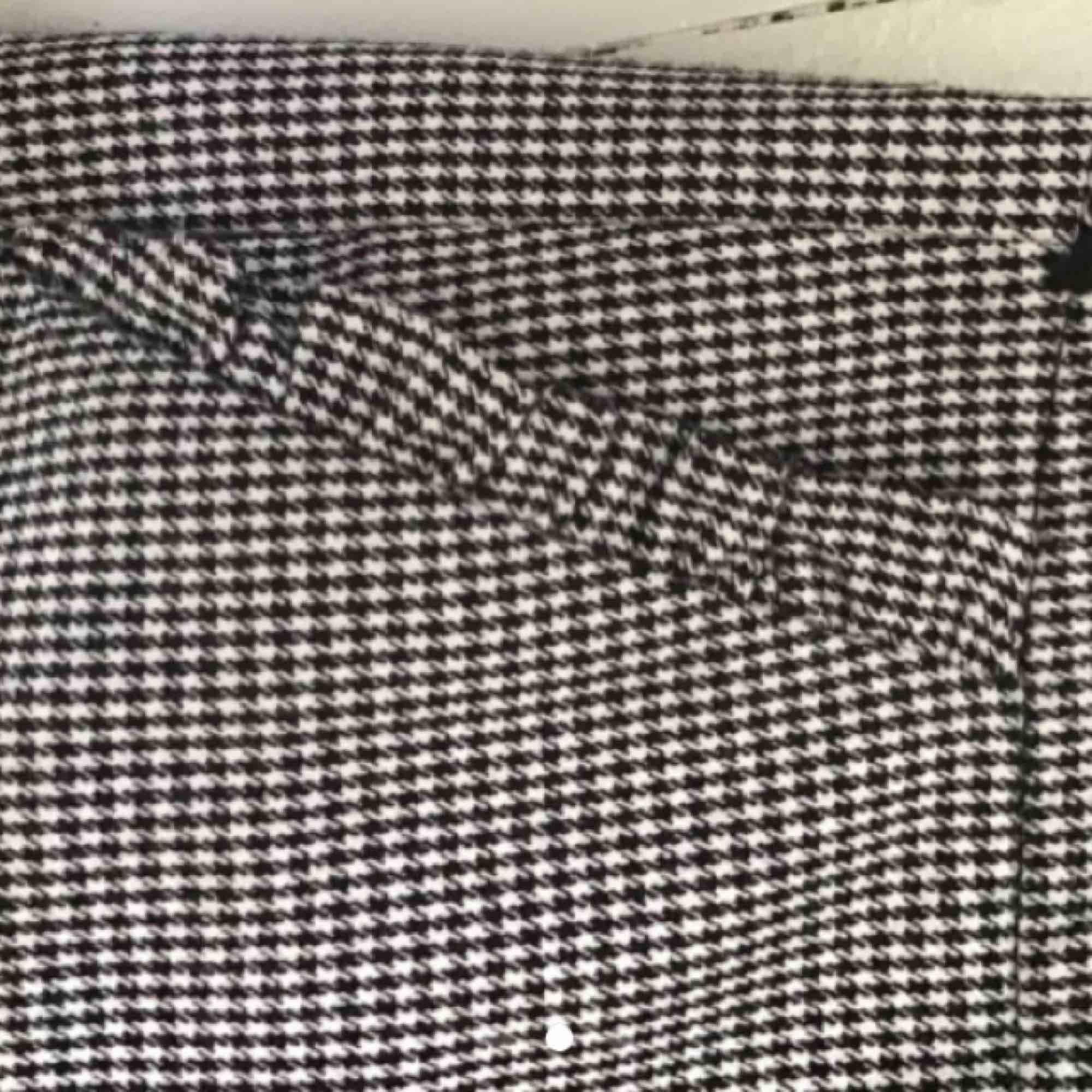 Jättesnygga kostymbyxor från zara i Spanien. Säljer då de är för stora för mig. Trendiga och i nysckick, passar även M! De har små volanger på fickorna fram. Det är riktiga fickor fram och en fejk ficka baktill. Skärphållarna har min mamma sytt på! . Jeans & Byxor.
