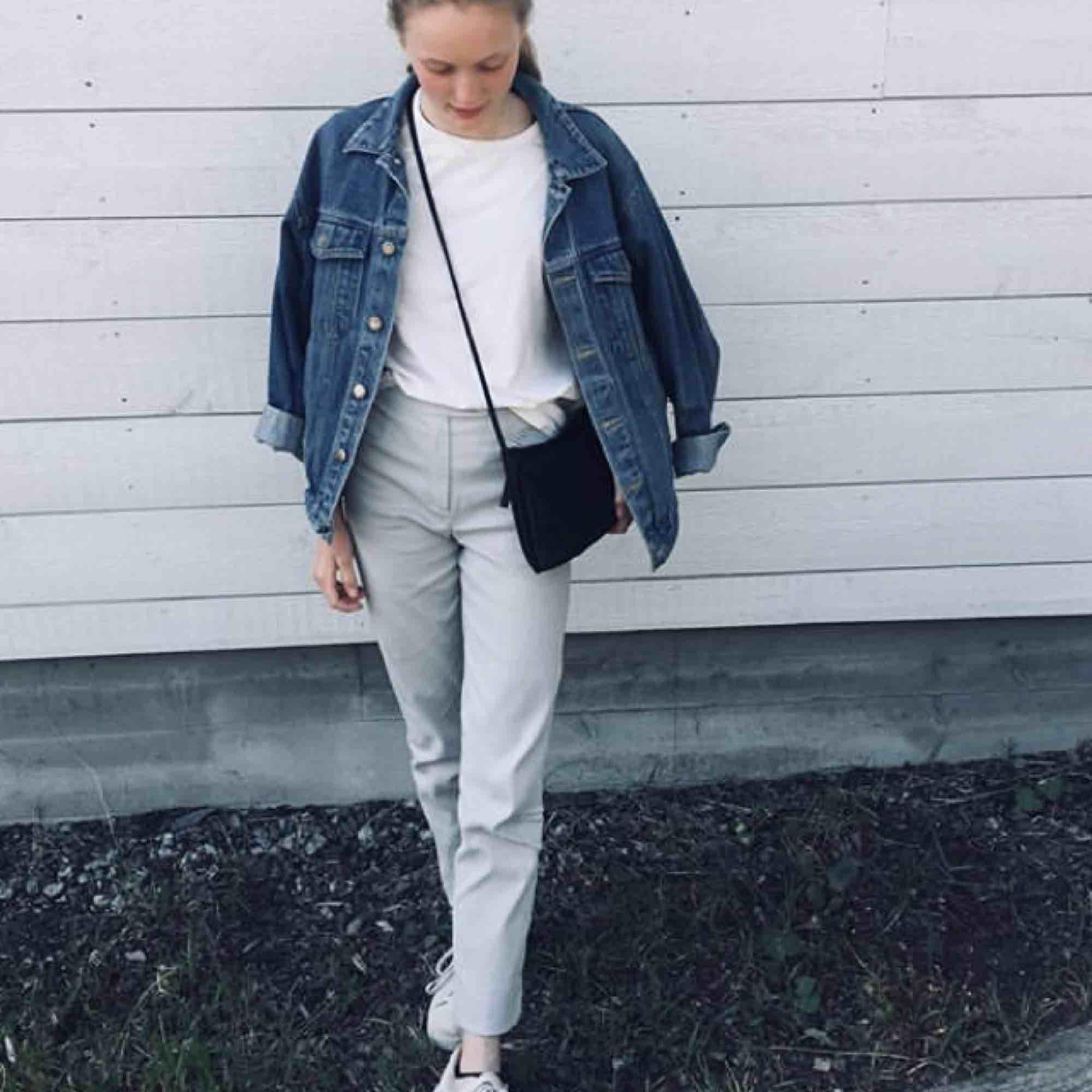 Ett par gråa kostymbyxor vars längd går hela vägen ner. Nyskick med snygg knäppning och bra passform. Perfekta till en vinter som denna! . Jeans & Byxor.