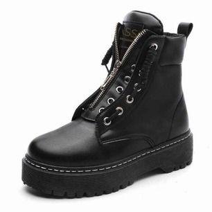 Köpte ett par skor på nätet i st 39 men som var för små så skulle säga att det snarare är st 38 eller liten 39:a Frakten tog säkert en månad och fick ingen retursedel med och orkar inte lämna tillbaka dom. Skorna är alltså i nyskick.