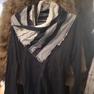 Äkta Desigual tröja i denimstyle med en underbar krage som verkligen symboliserar Desigual.