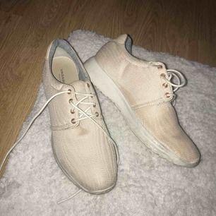 Sneakers fr vagabond💕 använda fåtal gånger men har blivit lite smutsiga och har någon fläck, mest under skon dock inuti är dom i bra skick! Frakt ingår<3
