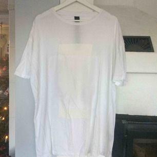 Vit oversized klänning/T-shirt som passar alla storlekar beroende på vilken passform man vill ha den i. Snygg till ett par sneakers. Den har en annan färg framtill och typ nätaktigt tyg.