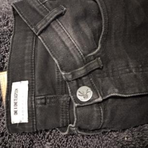 Jeans från One teaspoon strl 24. Stora i storleken. Nypris ca 2700kr använda fåtal ggr. Nyskick!