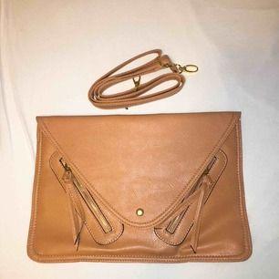 Fin väska från Glitter. Mått: 35x23,5cm. Aldrig använd. Nypris: 499kr. FRI FRAKT