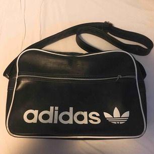 Adidas väska säljes pga ingen användning. Mått: 39x27x12cm. Nypris: 499kr. Frakt: 60kr