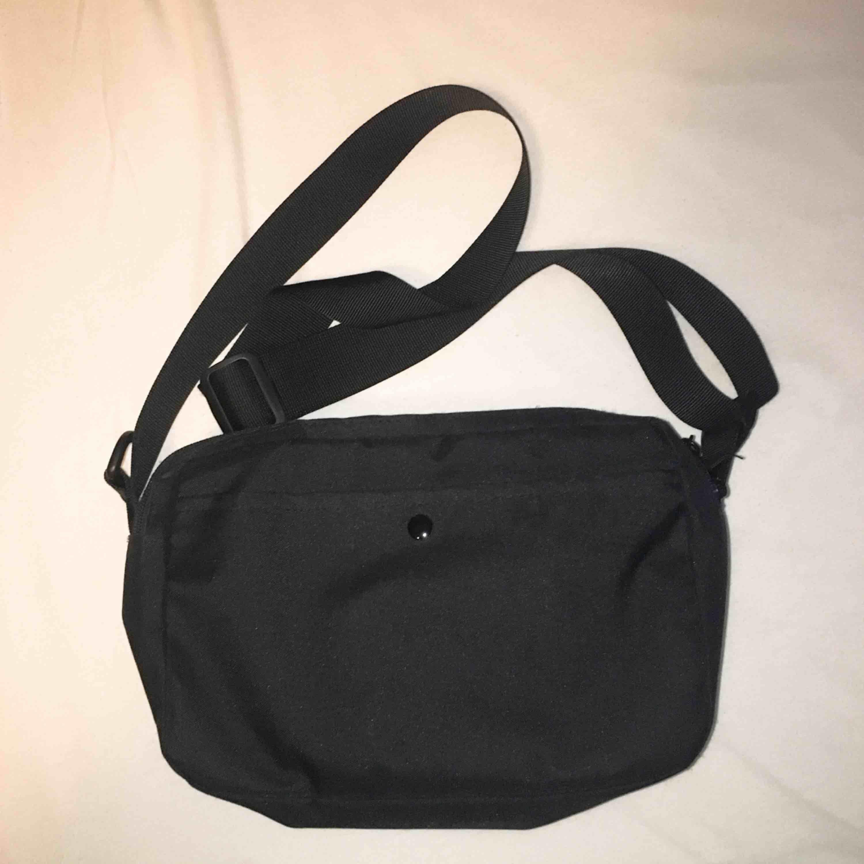 Jättefin väska från places+faces (AA-kopia). Använt ett antal gånger. Mått: 26x17x9cm. FRI FRAKT. Väskor.
