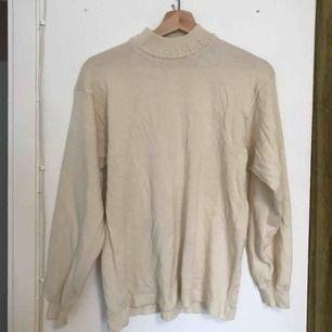 Mysig stickad beige tröja med pärlkrage! Köpt secondhand och har ingen storlek men uppskattar M-L!