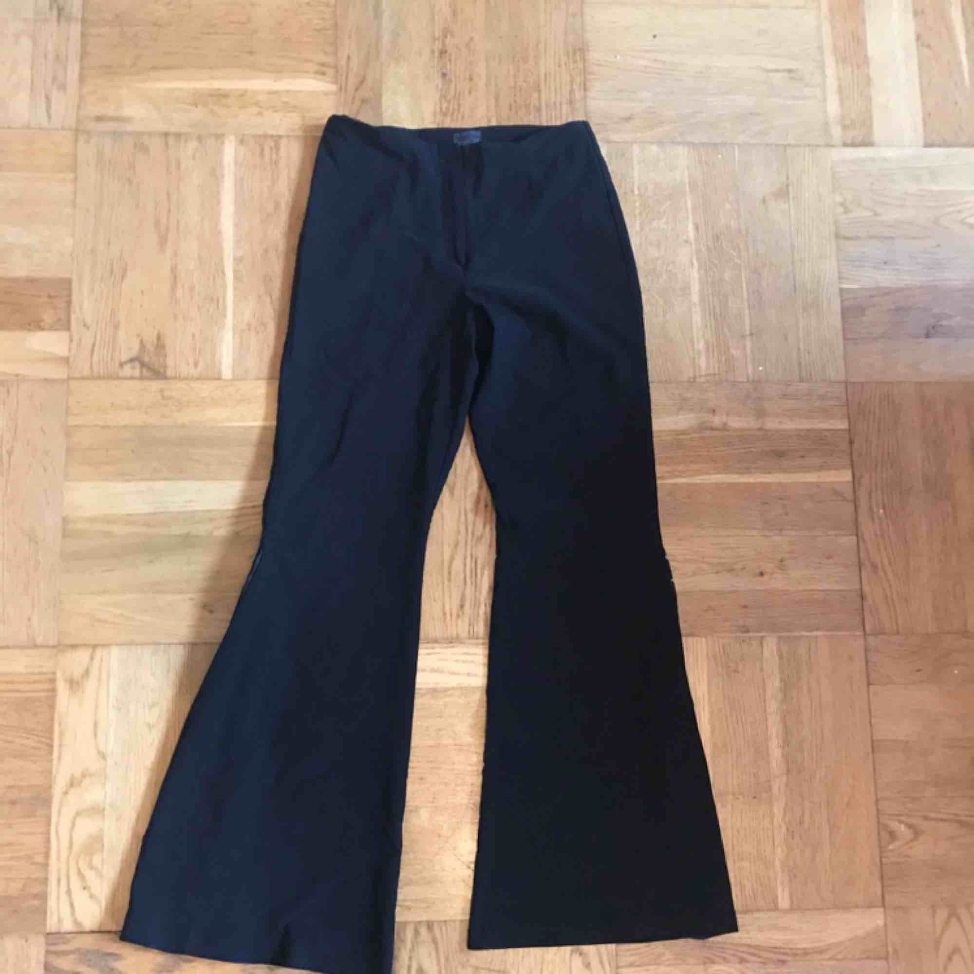 """Svarta utsvänga byxor, väldigt vida och med """"flares"""" med pärlor. . Jeans & Byxor."""