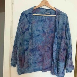 Blå kofta/tröja i storlek M!