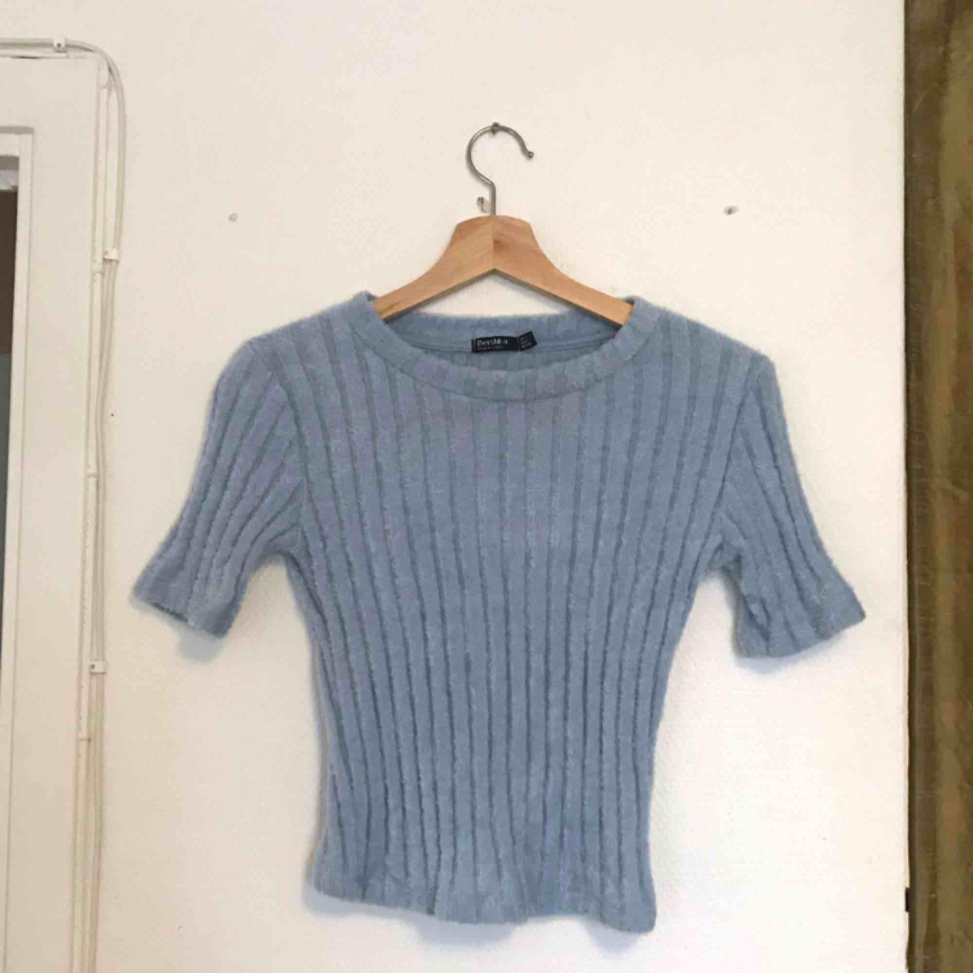 Blå kortare luddig tröja, använd 1 gång! Från bershka! Storlek S! . Toppar.