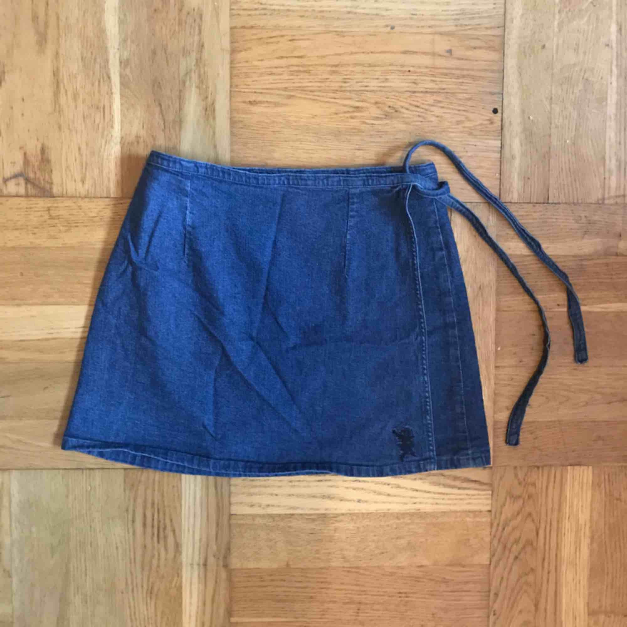 Knytkjol i S från Crocker! Går att variera i storleken och passar även mig som brukar ha M, men kjolen blir då rätt kort! . Kjolar.