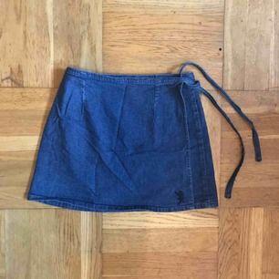 Knytkjol i S från Crocker! Går att variera i storleken och passar även mig som brukar ha M, men kjolen blir då rätt kort!