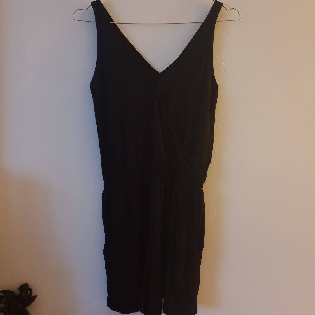 Fin Svart jumpsuit från H&M i storlek xs men tycker den är stor i storlek passar även 36-38. Finns fickor på framsidan. Övrigt.