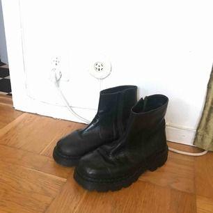 Svarta boots, köpa second hand men är för stora för mig! Står storlek 41 men skulle nog säga att de är större än så, typ 42!