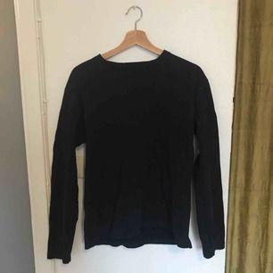 Mörkblå långarmad tröja från Uniqlo! Storlek M!