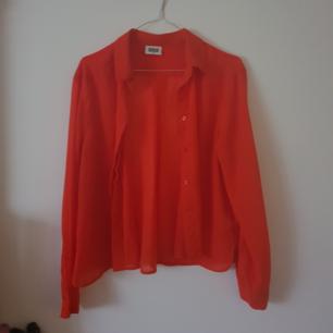 Fin orange röd skjorta från Weekday i storlek s. Lite genomskinligt.