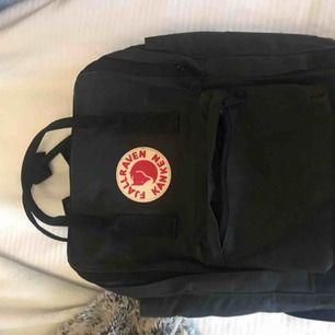 Säljer nu min fjällräven väska för den kommer aldrig till använding. Det är en orginal modell och har färgen svart. Lite smuts här och var men går och få bort med vatten och såpa. Säljs för 550kr INKL. frakt. Hör gärna av er vid intresse!