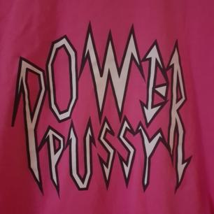 Rosa Power Pussy t-shirt från Monki i storlek xs men oversized. Passar xs-m skulle jag säga. Frakt 35kr