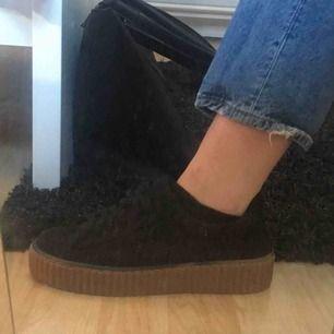 Säljer nu mina svarta skor med platå som är exakt likadana som dom beiga men annan färg. Säljes pga att dem aldrig kommer till användning. Storlek 39 och säljs för 160kr och köparen står för frakten
