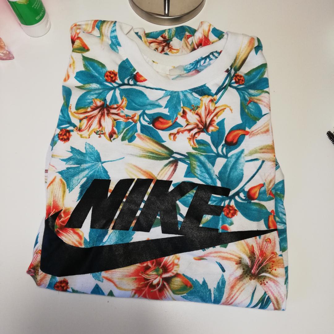 T-shirt från Nike. Står igen storlek men jag brukar XS och den sitter snyggt oversized på mig. Funkar även på en storlek S/M. . T-shirts.
