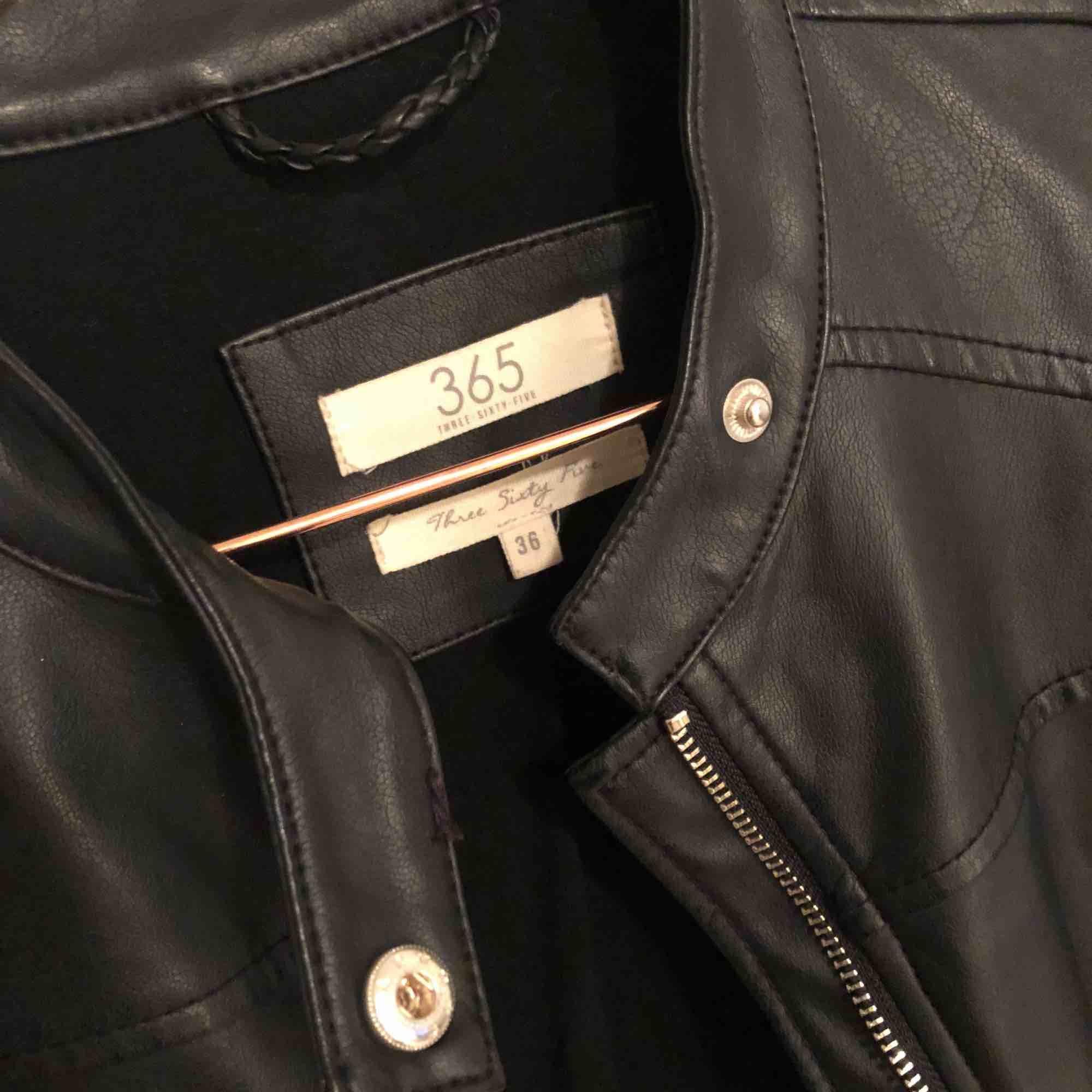 Sparsamt använd då jag har för många liknande skinnjackor så väljer att sälja denna nu ☺️ Skickar gärna fler bilder med jackan på!   Obs! Inte äkta skinn. . Jackor.