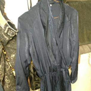 Superfin jumpsuiten i en sammetslen mörkblå färg. Köpt på Nelly för 899kr.