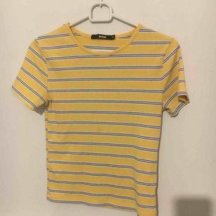 Jättefin ribbad t-shirt från bikbok, i väldigt bra skick,  Säljer pga att jag inte får användning av den. Frakt 40 ( ingen fläck på magen, bara ljuset)